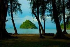 Île formée par chapeau outre de Krabi, Thaïlande Image stock
