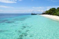 Île-hôtel tropicale paisible, destination de vacances Photo stock
