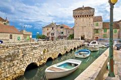 Île historique de Kastel Gomilica près dédoublée Photographie stock libre de droits