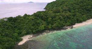 Île Ko il paumes de jungle d'arbres de vue aérienne de bourdon de plage de banane banque de vidéos