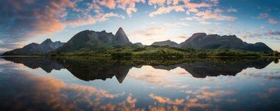 Île magique pendant le coucher du soleil Image stock