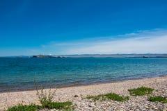 Île Maloe d'Oltrek plus de détroit, le lac Baïkal images stock