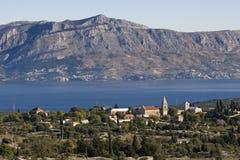 Île, mer bleue et la montagne Photographie stock libre de droits
