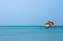 Île minuscule au milieu d'un océan vide Photographie stock libre de droits