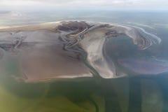 Île néerlandaise Rottumerplaat, littoral de vue aérienne avec des mudflats et des canaux photographie stock