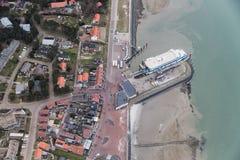 Île néerlandaise Vlieland de vue aérienne avec le pilier et le terminal du ferry image libre de droits