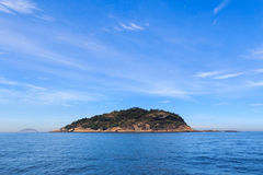 Île paisible de fond en mer Photographie stock
