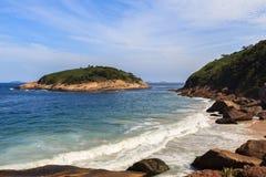 Île près de plage Niteroi de Piratininga Image libre de droits