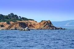 Île rocheuse bleue photo libre de droits