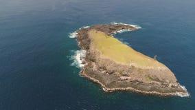 Île rocheuse dans l'océan banque de vidéos