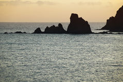Île rocheuse dans le littoral méditerranéen au coucher du soleil, Almeria Photographie stock libre de droits