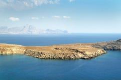 Île rocheuse en mer bleue photo stock