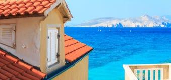Île romantique merveilleuse de l'Adriatique de paysage marin d'après-midi d'été Les yachts dans le port à la turquoise claire cri images stock