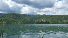 Île saignée beau par lac banque de vidéos
