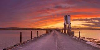Île sainte de Lindisfarne, chaussée de l'Angleterre et hutte de refuge image libre de droits