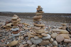 Île sainte le Northumberland de Lindisfarne de cailloux de plage image stock