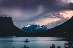 Île sauvage d'oie au coucher du soleil Stationnement national de glacier, Montana Images stock