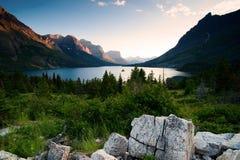 Île sauvage d'oie. Stationnement national de glacier. Le Montana Photographie stock libre de droits