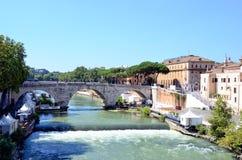 Île sur la rivière du Tibre à Rome, Italie Image libre de droits