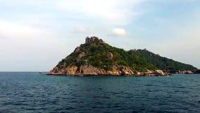 Île sur la vue bleue de mer avec la nature fine le jour ensoleillé banque de vidéos