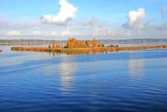 Île sur le lac en automne Photographie stock