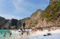 Île tropicale avec la foule des touristes détendant sur le sable Photos stock