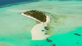 Île tropicale avec la plage et atoll avec le récif coralien Île Balabac, Philippines d'Onok banque de vidéos