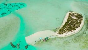 Île tropicale avec une plage sur l'atoll Île Balabac, Philippines d'Onok banque de vidéos