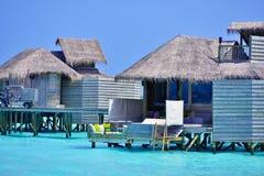 Île tropicale dans l'atoll de Laamu naturel au-dessus de la maison de l'eau Images libres de droits