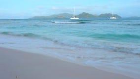 Île tropicale dans l'Océan Indien banque de vidéos