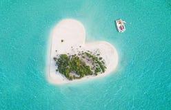 Île tropicale dans la forme de coeur Images stock