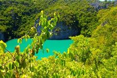 Île tropicale de baie avec des stations de vacances, fond de vacances de voyage images stock
