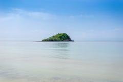 Île tropicale de paysage marin images libres de droits