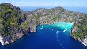 Île tropicale de vue supérieure, vue aérienne de baie de Maya, Phi-Phi Islands Image libre de droits