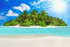 Île tropicale entière dans l'atoll à l'Océan Indien et à SA vide image libre de droits
