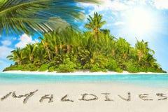 Île tropicale entière dans l'atoll dans l'océan et l'inscrip tropicaux images libres de droits