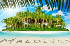 Île tropicale entière dans l'atoll dans l'océan et l'inscrip tropicaux photographie stock
