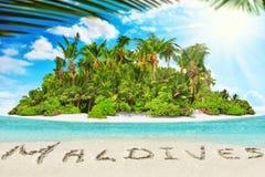 Île tropicale entière dans l'atoll dans l'océan et l'inscrip tropicaux photos stock