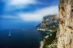Île tropicale, nuages, roches, mer photographie stock