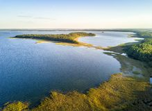 Île ty de 'd'UpaÅ par le coucher du soleil dans Mamerki, lac de secteur de Mazury, P photos stock