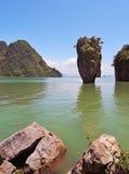 Île-vase dans l'eau verdâtre de la mer Image libre de droits