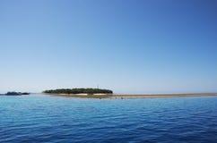 Île verte sur le récif de barrière grand Image stock