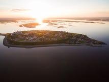 Île-ville Sviyazhsk au coucher du soleil Silhouette d'homme se recroquevillant d'affaires photo libre de droits