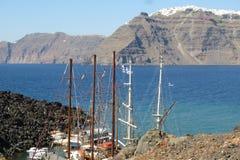 Île volcanique et bateaux Photographie stock libre de droits