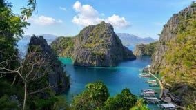 Îles étonnantes de paradis dans le lac Kayangan, Philippines photo libre de droits