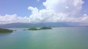 Îles aériennes de vert de paysage en eau de mer et ciel bleu avec les nuages blancs Île tropicale de mer de vue de bourdon et cie banque de vidéos