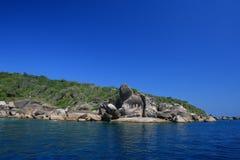 îles bleues au-dessus de ciel similan Photos stock
