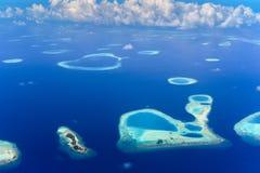 Îles dans l'atoll de bêlement, l'Océan Indien photos stock
