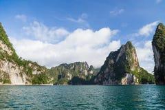 Îles dans le barrage avec le ciel bleu image stock