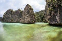Îles de chaux et lagune peu profonde Images stock